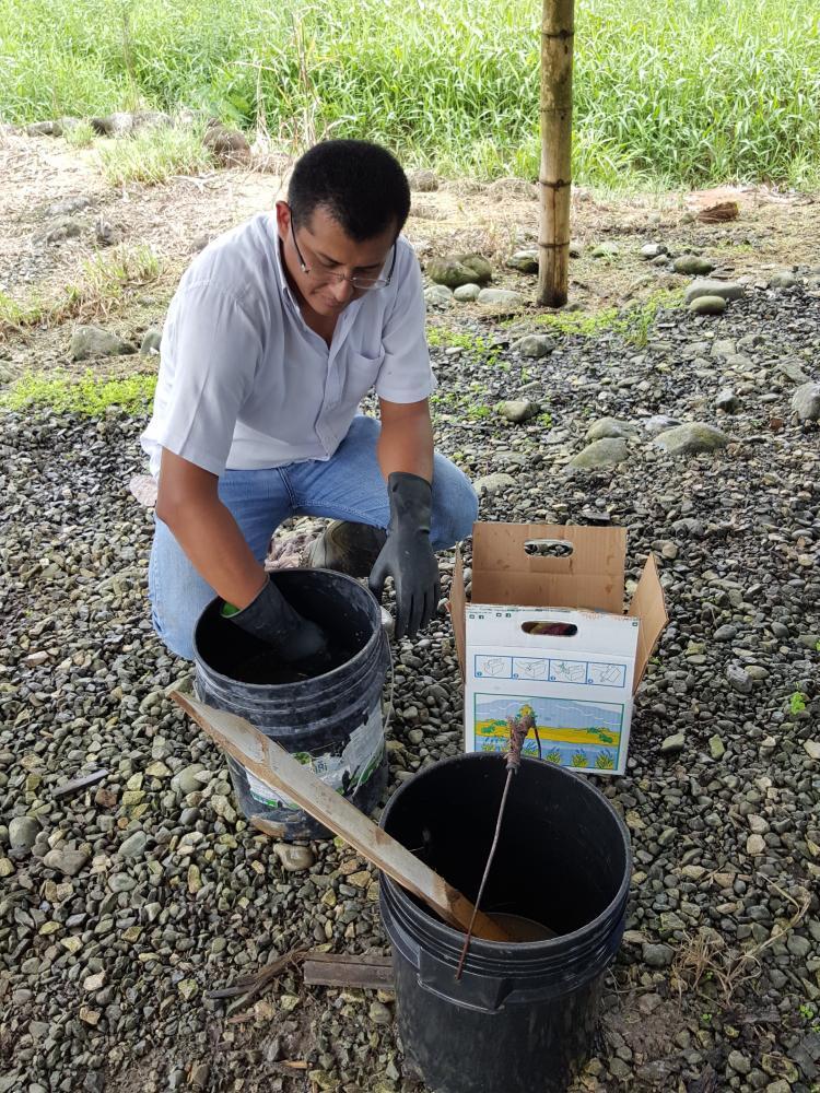 El Ingeniero Carlos Arias capacita al personal de Hacienda San Rafael en el proceso para realizar la reactivación de los bioles, en base al protocolo de CIBE.