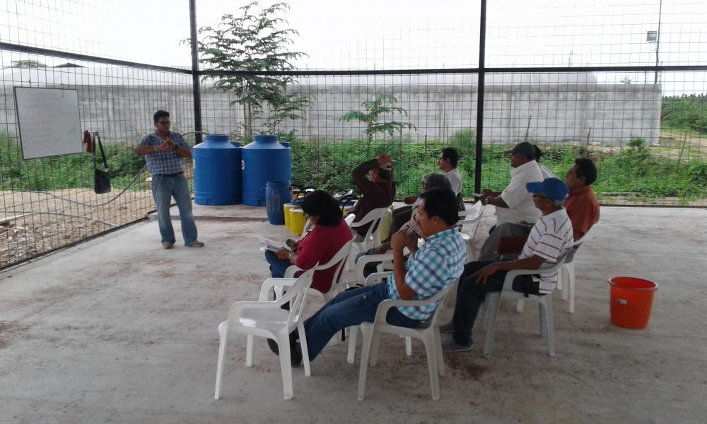 El Ing. Ronald León explica la fórmula utilizada para preparar el biol a los asistentes del Taller y responde sus preguntas.
