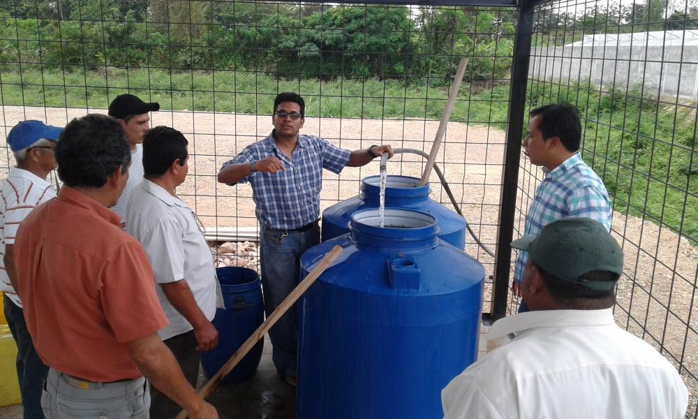 El Ing. Ronald León explica de forma práctica cómo debe prepararse el biol a los asistentes del Taller.