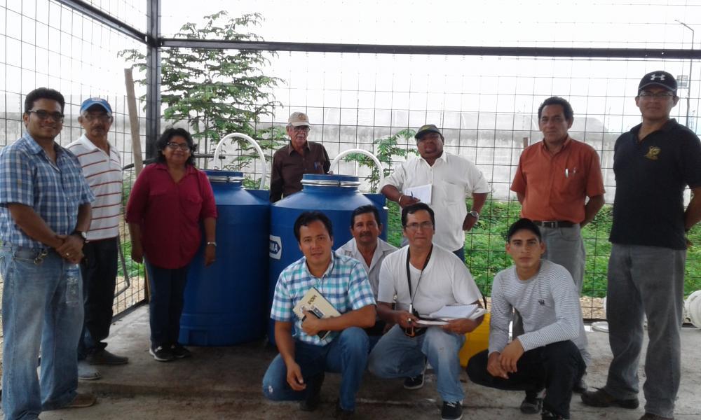 Personal del CIBE realiza un taller inicial sobre la preparación de biol en las instalaciones del centro de Acopio de CECAO, adjunto a la Fundación Kaoka.