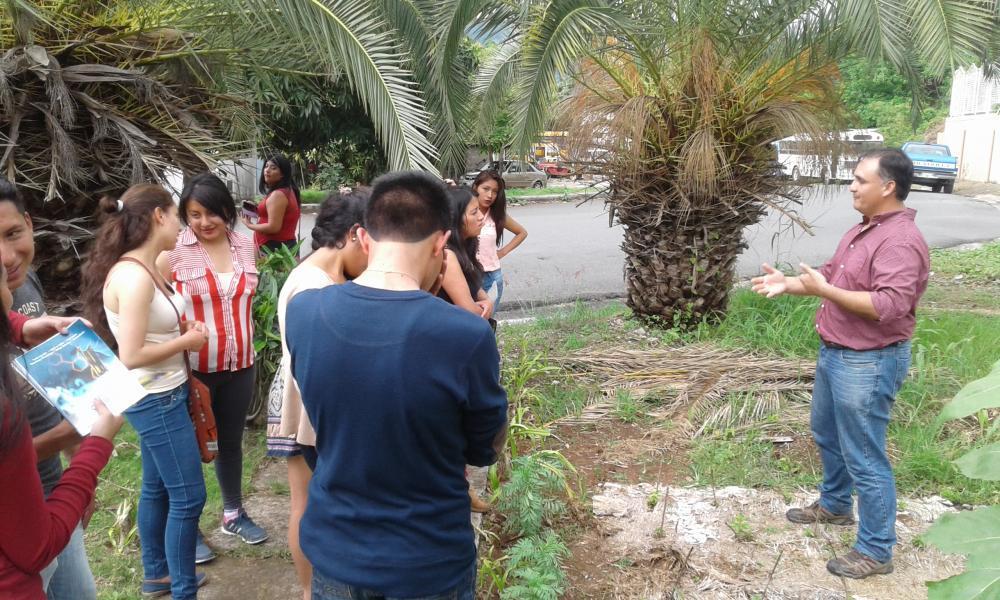 Víctor Hernández comparte detalles de la investigación realizada con Biomanto a alumnos de la ESPOCH.